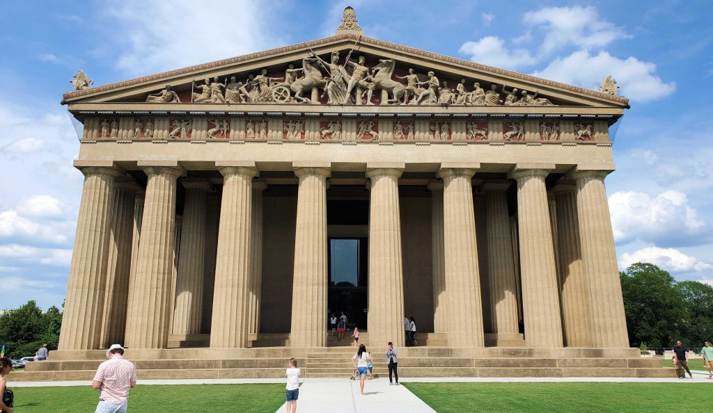 If you're looking for some great, family friendly activities to do in Nashville, Tennessee, check out these 5 fun places to visit (plus a bonus one)!